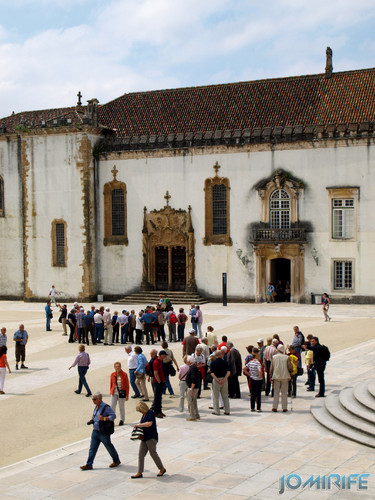 Turistas no pátio da Universidade de Coimbra - Capela [en] Tourists in the courtyard of the University of Coimbra