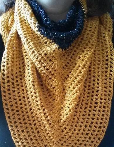 lenço preto e dourado pescoço.jpg
