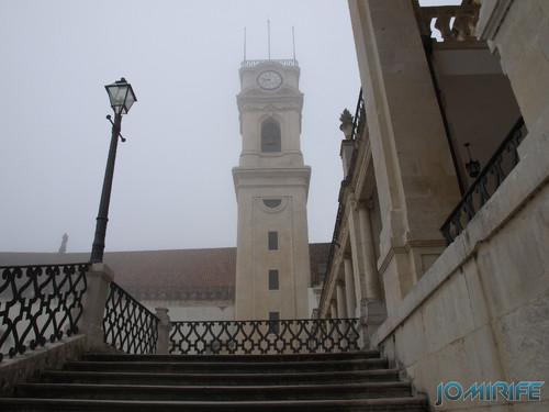 Nevoeiro no pátio da Universidade de Coimbra - Torre [en] Fog in the courtyard of the University of Coimbra in Portugal