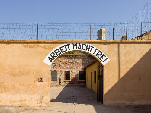 799px-Czech-2013-Terezin-Theresienstadt-Arbeit_mac