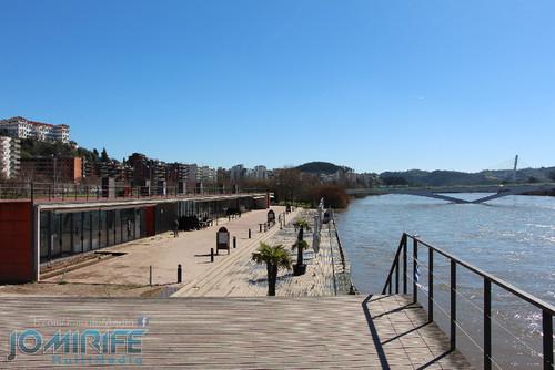 Inundações em Coimbra destruíram zona dos bares das docas e levaram barco para terra junto dos bares no Parque Verde do Mondego