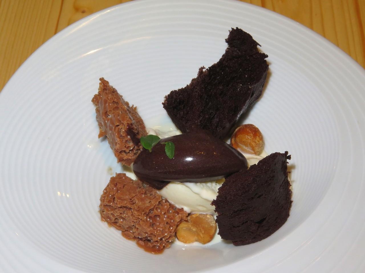 Texturas de chocolate com gelado de leitelho e poejo