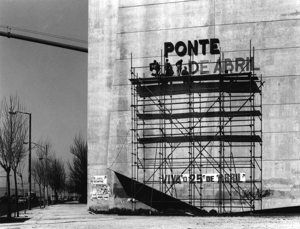 Ponte 25 de Abril, mudança de nome (E.Gageiro, 1975)
