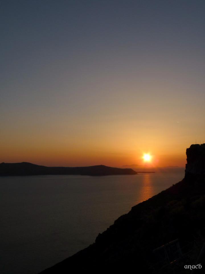Santorini-o pôr-do-sol visto de Fira (1522) cópi