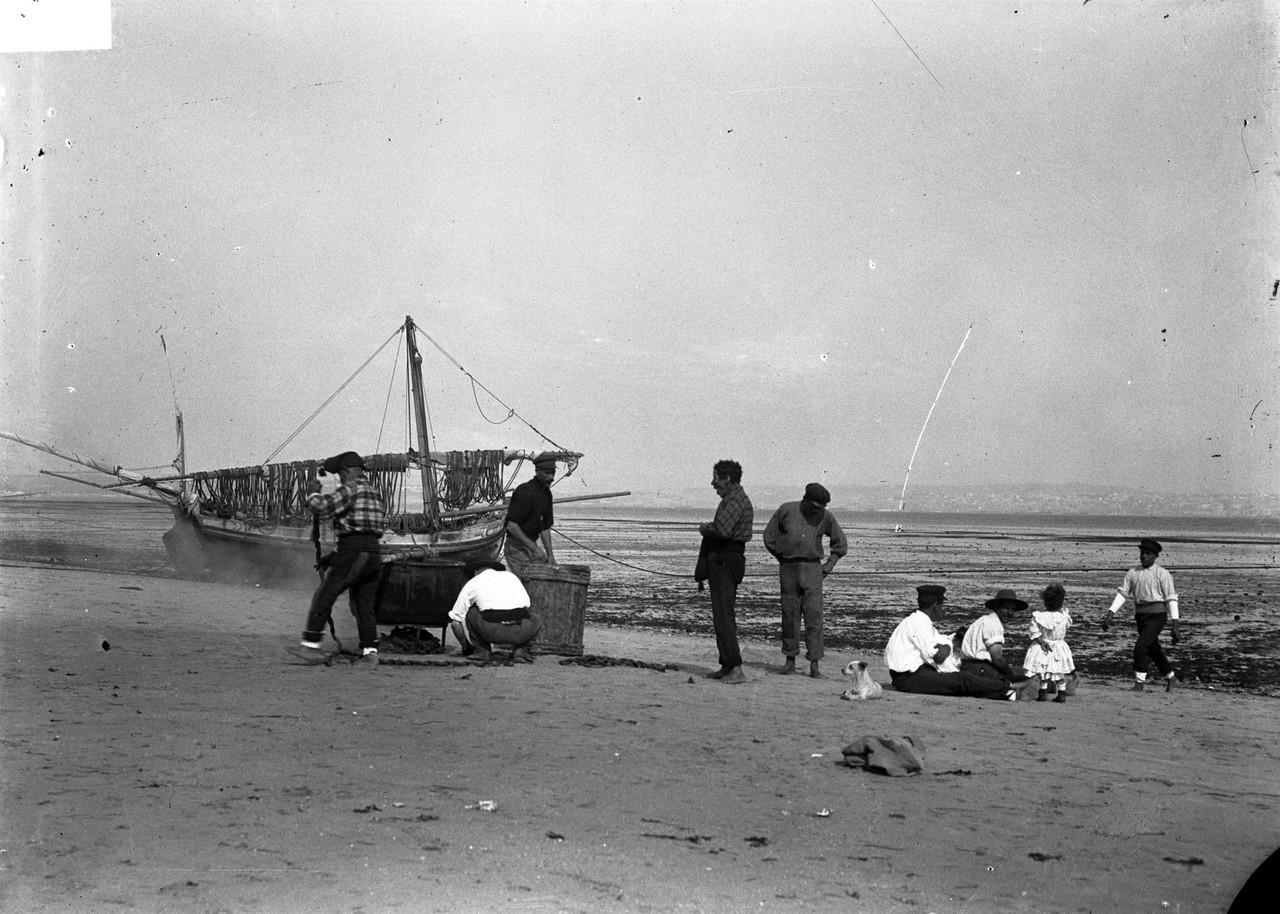 Pescadores na praia do Barreiro (J.A.L. Bárcia, c. 1900; A.PP.C.M.L., A7314)