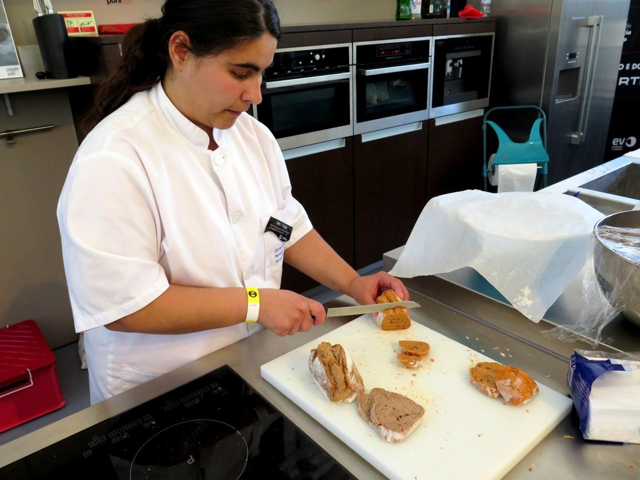 Inês Fraga fatiando os pães acabados de cozer