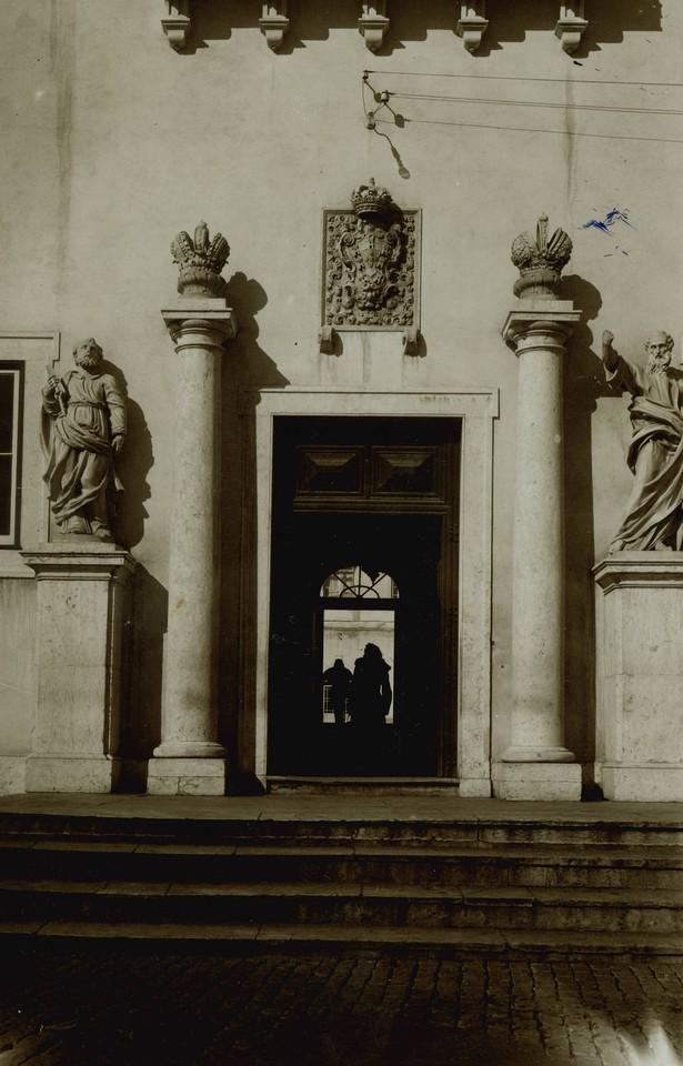 Hospital de São José, porta com colunas e brasã