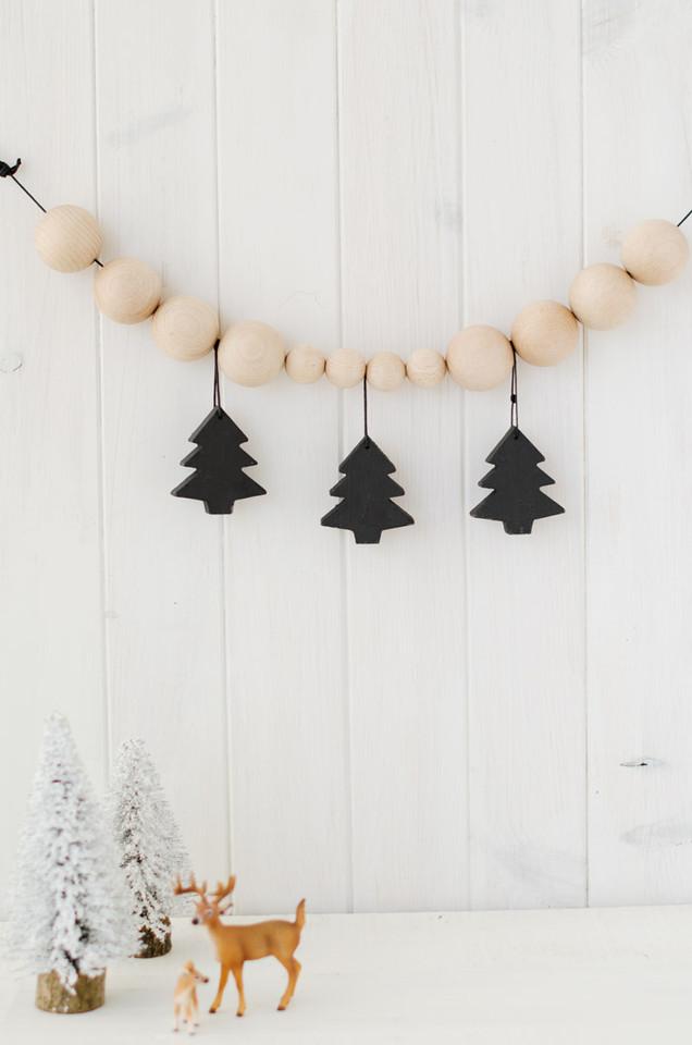 adorno-navidad-diy-guirnalda-bolas-madera-pinos-ne