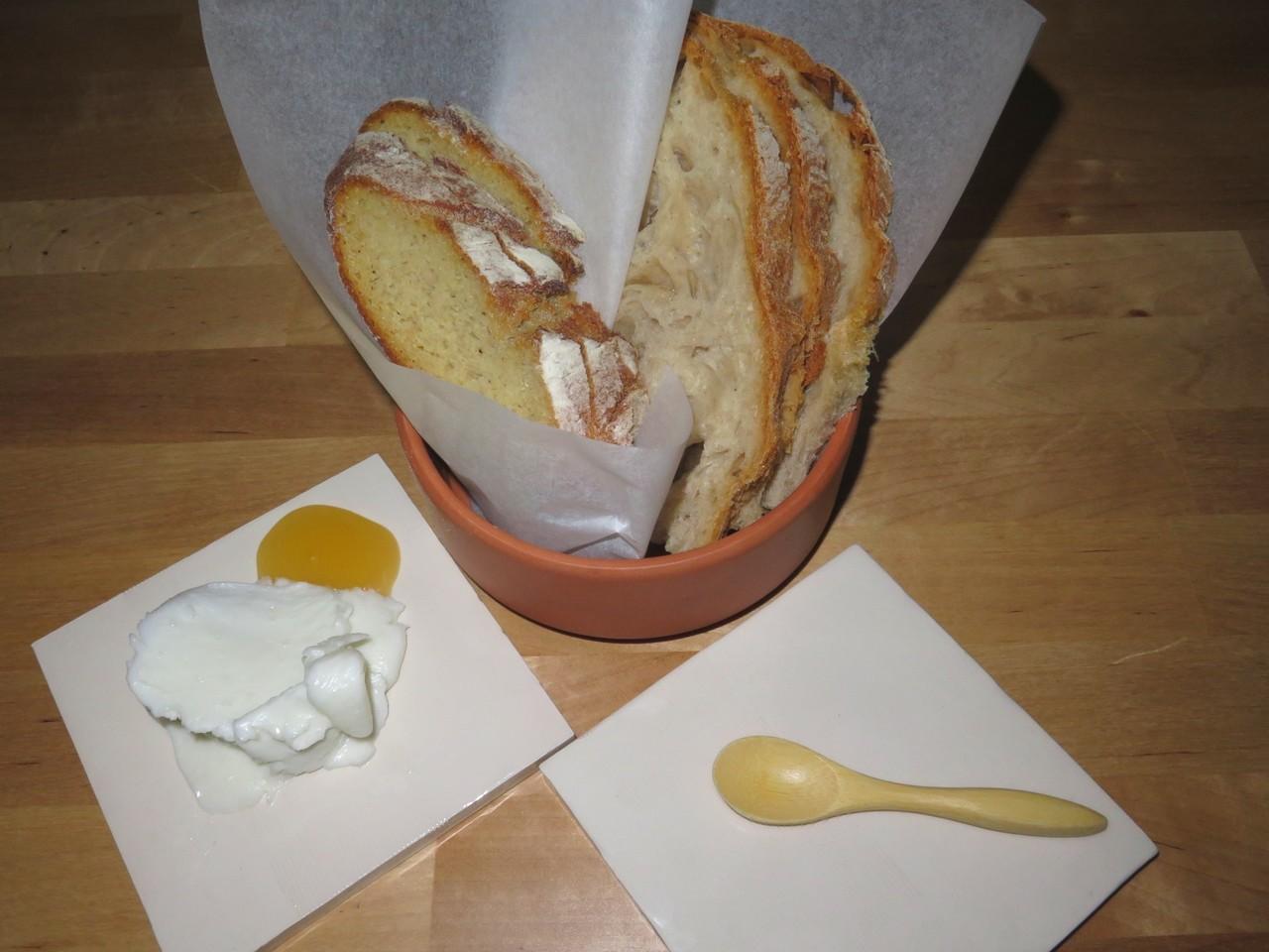 Pão, manteiga de ovelha, mel
