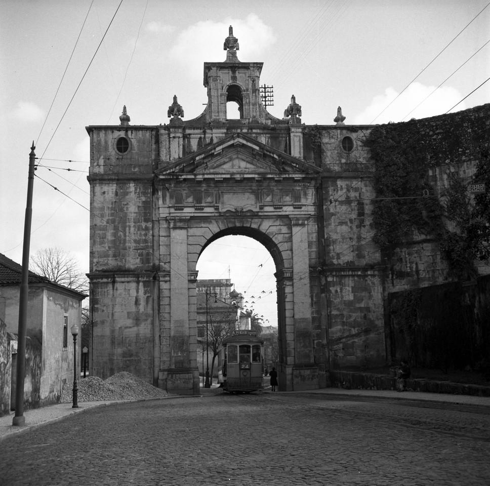 Arco das Amoreiras pozal.jpg