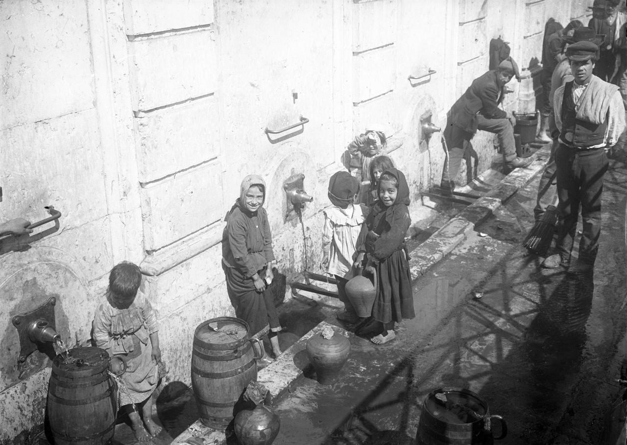 Crianças e aguadeiros no chafariz d' El Rei, 1907