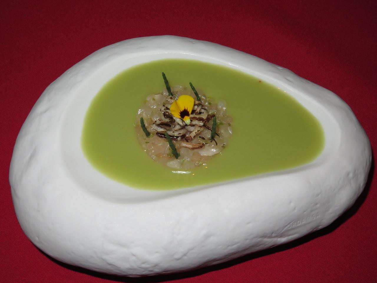 Tártaro de lírio sobre creme de amêndoa e gaspacho verde