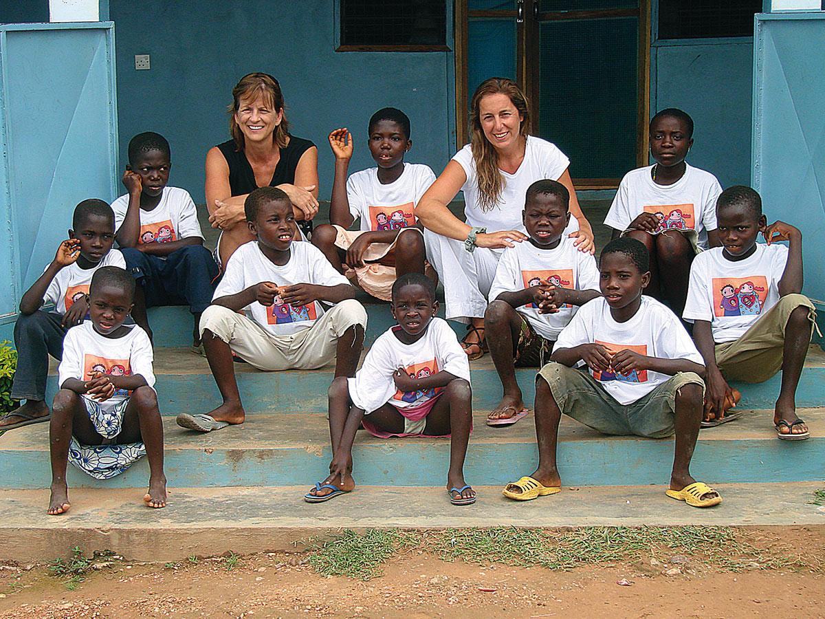 Alexandra-Pam-e-as-10-criancas-resgatadas-em-2009.