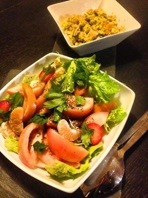 Uma salada mista com tangerina e morangos, e uns o