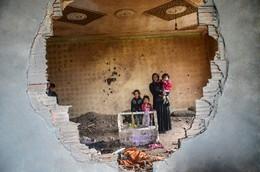 Família nas ruínas sua casa em Sliopi, Turquia