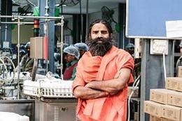 Guru Ramdev no laboratório.jpg