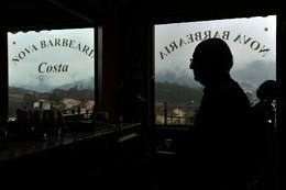 PORTUGAL BARBEARIA OFERECE UM COPO DE VINHO AOS CL