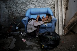 Criança numa palafita no Recife, Brasil