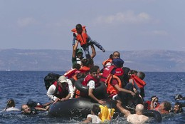 Refugiados sírios e afegãos no mar mediterrâneo