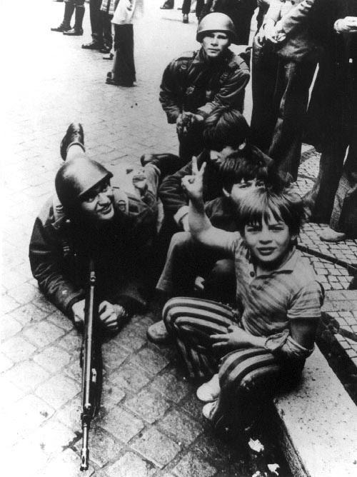Militares e crianças na rua no dia 25 de Abril