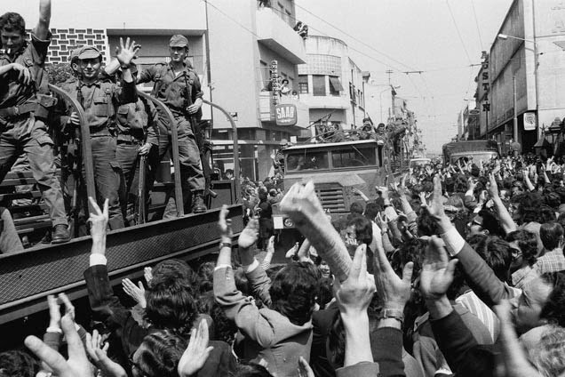 Militares e populares na cidade do Porto juntaram-