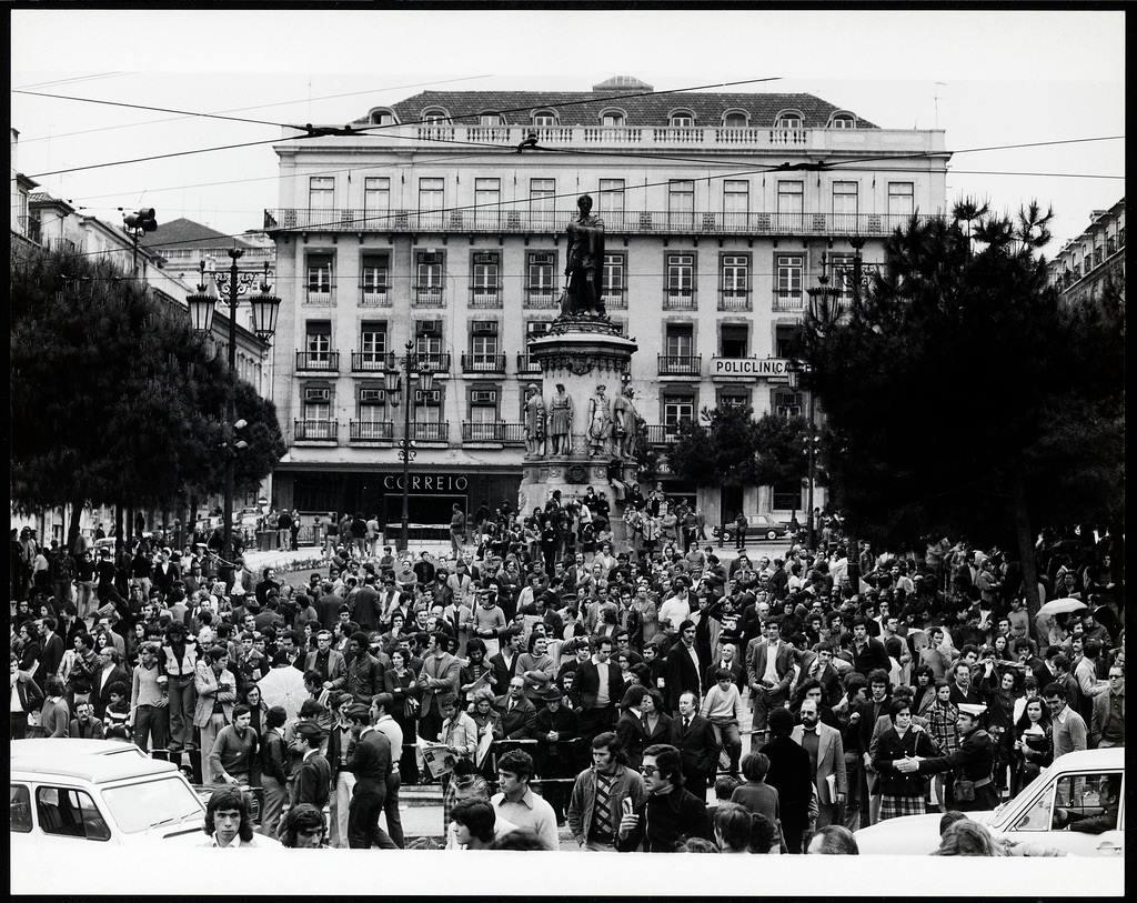 Concentração popular no Largo de Camões.jpg