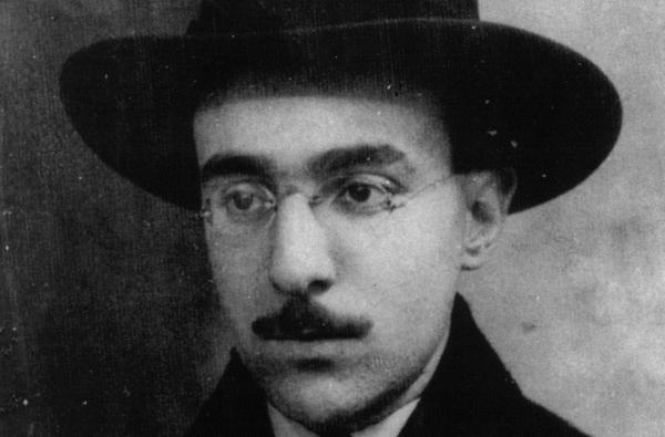 Fernando Pessoa em 1914, meses antes da aventura Orpheu. Imagem da colecção privada de Manuela Nogueira.