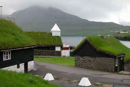 Os telhados verdes das casas nas Ilhas Faroé (Wik