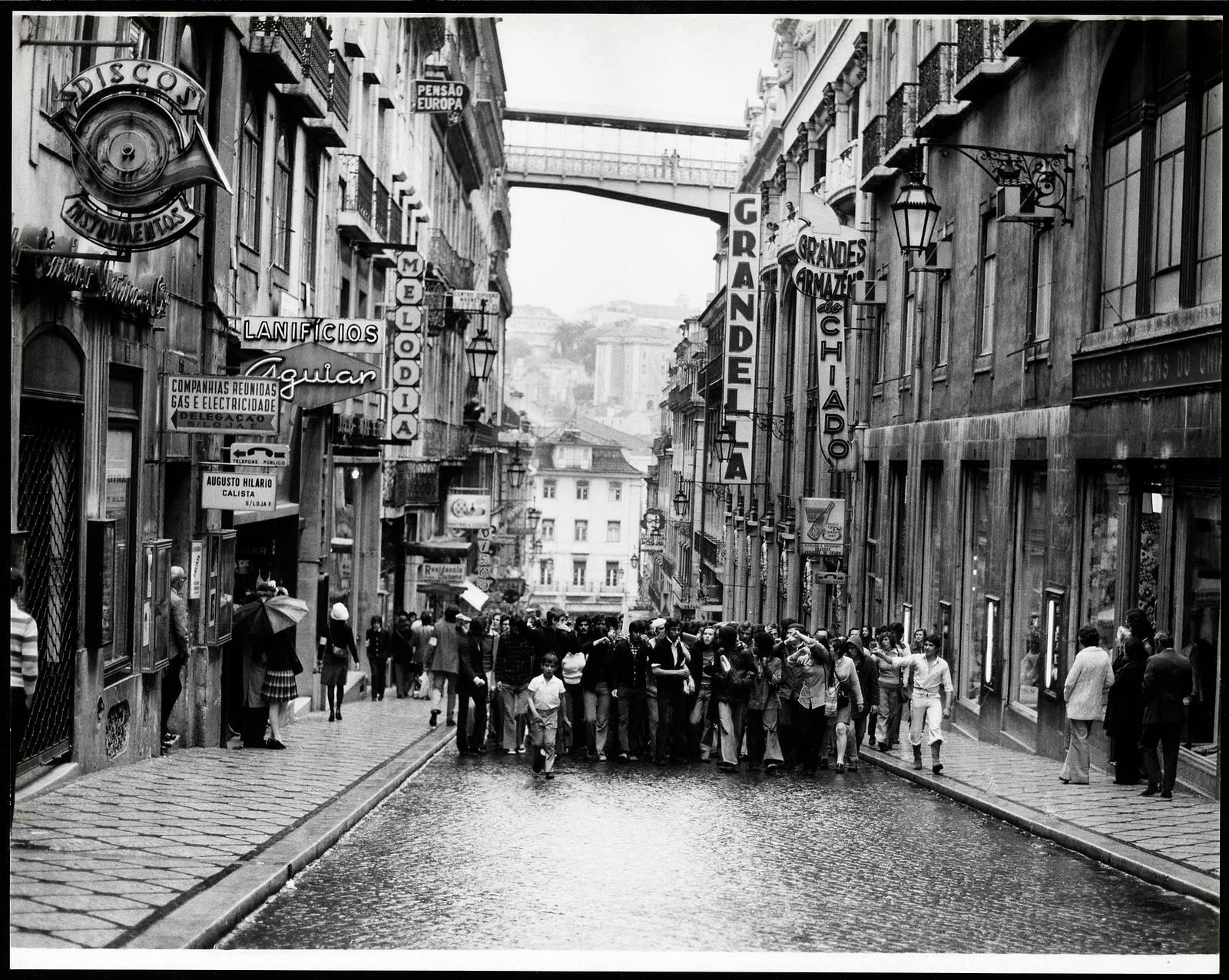 Concentração popular na Rua do Carmo.jpg